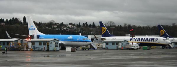Ryanair zet een vliegtuig naast KLM-vliegtuigen