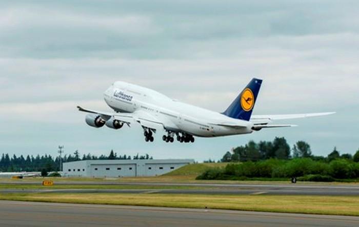 Boeing 747-8 Lufthansa departure