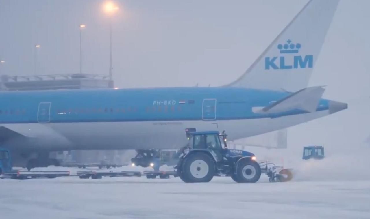 In beeld: sneeuwploeg Schiphol in actie - Luchtvaartnieuws.nl